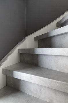 Traprenovatie met het decor Cloudy Cement. Dit lichtgrijze decor geeft een rustig effect aan je trap. Je trap is netjes en kan er weer jarenlang tegenaan. De lichtgrijze kleur past in vrijwel ieder interieur en dat hem geliefd bij vele vtwonen stylisten!