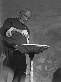 Spanish artist Pablo Picasso portrayed while decorating one of his ceramic dishes, Paris, Pablo Picasso, Picasso Pictures, Robert Henri, Picasso Paintings, Spanish Artists, Paris, Ceramic Artists, Ceramic Pottery, Artist Studios