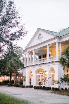 Read More on SMP: http://www.stylemepretty.com/2015/03/26/elegant-lowndes-grove-plantation-wedding-2/