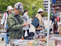 https://flic.kr/p/Kwc9o3   Shitennoji Flea Market ※ 四天王寺骨董市   On the 21st & 22nd of every month, there's an antique flea market on the grounds of Shitenno-ji Temple. Photos from this blog post.  毎月、21-22日に四天王寺の敷地ですごい骨董のマーケットにする事になります。詳しくは このブログの投稿で。  (勉強中なので、日本語は変なところあったら教えてください。^_^ )