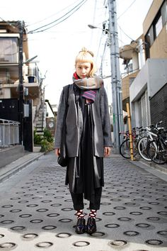 awesome Tokyo street fashion: layer inspiration for fall/ winter styles. Japanese Winter Fashion, Japanese Street Fashion, Tokyo Fashion, Harajuku Fashion, Autumn Winter Fashion, Fall Winter, Asian Street Style, Tokyo Street Style, Asian Style