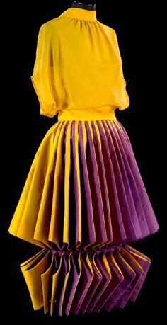 Roberto Capucci - Haute Couture - Robe de Soirée 'Sculpture' - Origami - 1980 ♦F&I♦ Geometric Fashion, 3d Fashion, Fashion History, Fashion Details, Couture Fashion, Fashion Show, Vintage Fashion, 20th Century Fashion, Couture Mode