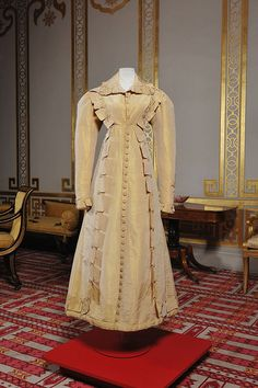 1820 ca. Gold silk pelisse, Royal Pavilion and Museums, Brighton & Hove. Vintage Dresses, Vintage Outfits, Vintage Fashion, Vintage Clothing, Victorian Dresses, Historical Women, Historical Clothing, Costume Collection, Dress Collection
