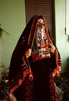 Egyptian bedouin woman in a traditional Egyptian wedding costume We Are The World, People Around The World, Egyptian Wedding Dress, Folk Costume, Costumes, Niqab, Ethnic Fashion, Arab Fashion, World Cultures