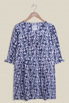 Our Linear Clover Tunic has a flattering scoop neckline with pin tuck detailing, slouched pockets and 3/4 length sleeves with buttons. Taking inspiration from the fields of North Meadow National Nature Reserve, the clover print is a must have this season, pairing easily with jeans or leggings.
