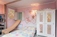 Stylowa tapeta i okleina meblowa w pokoju młodzieżowym
