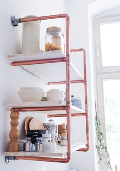 Tolles Regal für die Küche selber bauen l DIY Regal aus Kupferrohren l The most popular part of our kitchen seems to be our DIY copper pipe shelf. Learn how to make your own in this detailed tutorial! Copper Pipe Shelves, Diy Pipe Shelves, Cat Wall Shelves, Copper Pipes, Diy Shelving, Diy Regal, Copper Decor, Pipe Furniture, Furniture Vintage