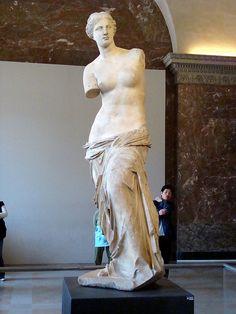 Louvre, Venus de Milo C'est une statue en ronde-bosse ce qui signifie qu'elle est dégagée de la masse du support et a un relief complet.