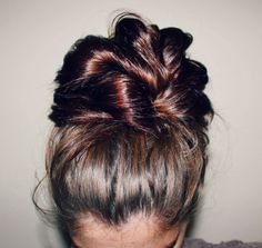 It's hot and the top knot is the perfect summer hair style. Here are a bunch of different top knot tutorials to try! Beat the heat with the top knot! My Hairstyle, Pretty Hairstyles, Wedding Hairstyles, Homecoming Hairstyles, Hairstyles Haircuts, Braided Hairstyles, Corte Y Color, Great Hair, Awesome Hair
