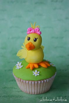 Chicky Cupcake.  You can make it!  Bake has everything you need!  Have a home party and learn how to color and work with fondant, making characters like this cute spring chick.  www.yourbakeshop.com