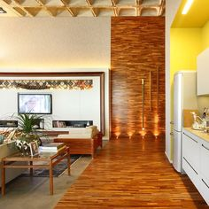 """Pessoal olha como a criatividade e a imaginação podem construir ambientes incríveis. A arquiteta Andrea Chicharo utilizou o taco palito de madeira cumaru para construir um """"corredor"""" no piso e parede e criar a principal atração do ambiente. Uma grande idéia!!! #ulishop #ulishopTEM #vistasuacasa #arquitetura #arquiteto #architect #instaarch #architecture #decor #decoração #design #inspiração #casa #revestimento #acabamento #home #homeideas #designinteriores #construção #reforma by ulish0p"""