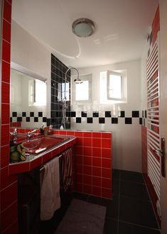 salle de bain rétro en blanc, rouge et noir- idées de carrelage