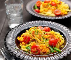 Heta räkor med vitlök, saffran och tomat tillsammans med nykokt Tonnarelli är en enkel och förträfflig rätt. Såsen får sin fina smak då saffran sauteras med vitlök och chili där det sedan får sjuda i vitt vin för att dra till extra smak. Receptet är signerat Paolo Roberto, gästkock i ICA Matkassen Inspiration.
