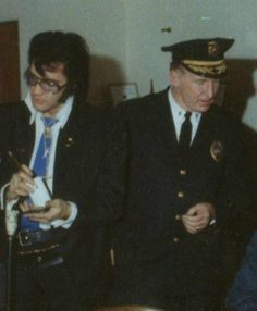1970 11 17 Elvis meets with Denver police Capt. Kennedy and Chief Seaton. He made a Donation to help renovate their gym.