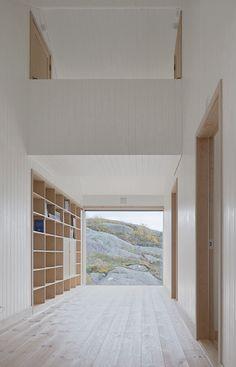 Wenig Raum, viel Platz .  Gang aus hellem Holz mit Bibliothek