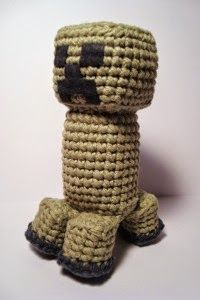 A little creeper from the Minecraft game . Kids love it. The pattern is available on the Nerdigurumi blog . I'm going to post a few links ...