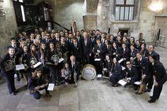 Foto de grupo durante la recepción a las fallas de sección especial en el Palau de la Generalitat con la banda de música de Chelva