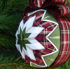 Vánoční koulička Pochmourné počasí mi začalo připomínat, že vánoce jsou tady co by dup. Proto jsem pro Vás nachystala kolekci vánočních ozdob tvořené artyčokovou metodou. Jde o nešitý patchwork na polystyrenovém základu. Ozdoby jsou lehké, odolné a nerozbitné. Můžete je použít jako dekoraci třeba na stůl, nebo zavěsit do okna, na větvičky nebo stromeček. ...