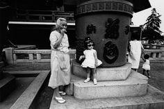 The girl in the sunglasses.she's a badass Sensoji-Temple, Taito-ku (Tokyo-jin photo by Yutaka Takanashi, 1965 Art Beat, Film Photography, Street Photography, Tokyo, Japanese Photography, Night Pictures, Japan Photo, Magnum Photos, Off Colour