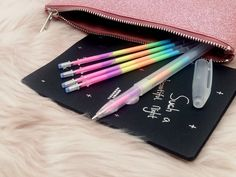 Nuovo articolo per le stationery lovers: un set a tutto colore composto da una penna gel arcobaleno + 4 ricariche! Troppo carino scrivere e vedere il colore che cambia poco per volta <3  Disponibile il set o solo i refills sul nostro store online