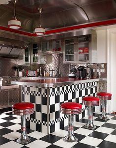 Cuisine rétro éclectique avec blacka e carreaux blancs