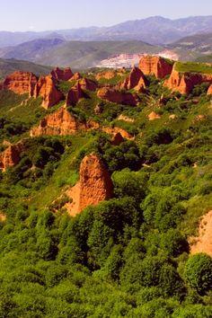LA MAYOR MINA DE ORO ROMANA La mayor mina de oro a cielo descubierto del Imperio Romano, situada en la comarca leonesa de El Bierzo, fue explotada en el siglo I durante algo más de cien años.