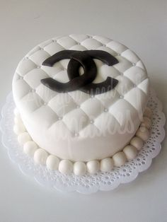 All You Need Is, Beautiful Cakes, Amazing Cakes, Coco Chanel Cake, Chanel Party, Handbag Cakes, White Cakes, Cute Food, Yummy Food