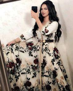 Morrocan Dress, Moroccan Caftan, Designs For Dresses, Dress Neck Designs, Traditional Fashion, Traditional Dresses, Night Gown Dress, Arabic Dress, Silky Dress