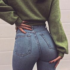 Such a casual and simple outfit for school, love the green oversized sweater and body hugging high waist jeans. Fashion Moda, Look Fashion, Street Fashion, Autumn Fashion, Womens Fashion, Jeans Fashion, 90s Fashion, Fashion Photo, Fashion Beauty