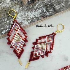 Bonjour, voici une paire de boucles doreilles que jai entièrement tissée à la main. jai fait un tissage forme géométrique avec les populaires et délicates perles japonaise de la marque MIYUKI dans les tons de rouge, crambery, corail, rose poudré, gold & argenté. Jai ajouté une petite