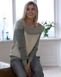 Denne råhvide og grå bluse med snoninger har et elegant miks af garn. Recycled Sweaters, Pulls, Knitting Projects, Hand Knitting, Knitwear, Knit Crochet, Knitting Patterns, Couture, Craft