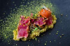 Gegrilde tonijn met roze peper en pistache, quinoa en salade van granaatappel