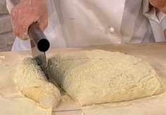Oggi vorrei proporvi laciabatta con poolish, una ricettadi base per preparare un pane più soffice del normale. Non solo ciabatte ma anche panini e pane di diverse forme possono essere preparati con il poolish, un preimpasto liquido ottenuto dalla miscelazione di lievito compresso, acqua e farina in proporzioni uguali. Ma mettiamoci subito al lavoro e…