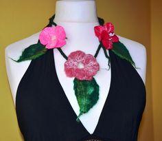 Collier fleur feutrine rouge en laine cadeaux pour par Tutenafelt, €23,00