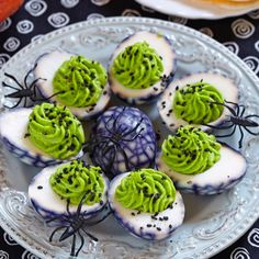 Deliciously Rotten Deviled Eggs ⋆ Parenting Chaos With Halloween sneaking up on us, I'm sure you'll be attending some parties. The kids are sure going to go nuts over these Halloween deviled eggs. Creepy Halloween Food, Halloween Appetizers, Halloween Food For Party, Halloween Treats, Halloween Apps, Creepy Food, Alien Halloween, Halloween Cookies, Halloween Birthday