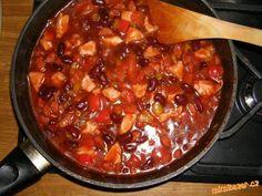 Naše oblíbené kovbojské fazole Na trochu sádla dám osmahnout na kostičky klobásku a kostky kuřecích prsíček. Až se prsíčka zatahnou...