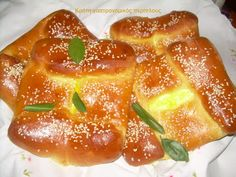 Kallitsounia from Sitia. traditionally made for easter. my Yiayia made them the best but she left us before i had the chance to get the recipie . ill try this one hand hope its similar Easter Recipes, New Recipes, Cooking Recipes, Mizithra Cheese, Greek Pastries, Filo Pastry, Yogurt Recipes, Honey And Cinnamon, The Best