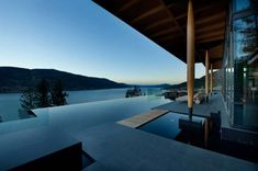 This sensational home near Kelowna, British Columbia, Canada has been designed by Canadian architect David Tyrell. The beautiful and contemporary residence is in keeping with the generally modern area of Canada, but sets itself apart Infinity Pools, Cool Swimming Pools, Swimming Pool Designs, British Columbia, Million Dollar Rooms, Moderne Pools, Haus Am See, Modern Properties, Villas