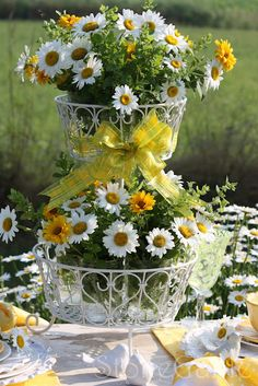 Pretty daisy centerpiece for a country wedding table Dp Daisy Wedding, Yellow Wedding, Wedding Flowers, Daisy Centerpieces, Table Centerpieces, Centerpiece Wedding, Wedding Motifs, Daisy Chain, Decoration Table