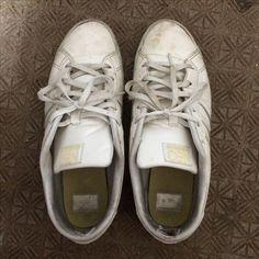 ★白い靴を真っ白に戻す方法! ①重曹大1+水大1/2+オキシドール大1/2を歯ブラシで靴の表面に塗る。 ②二層目を塗る。 ③天日で3〜4時間乾かす。 ④乾いた粉を落とすと完了。 (出典BuzzFeedJapan)