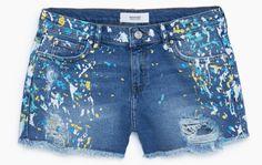 Short jean taché de painture jaune, bleu, blanche, Mango