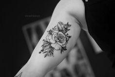 delikatny tatuaż kwiatów róży czarny  na ręce. Tattoos, Tatuajes, Tattoo, Tattos, Tattoo Designs
