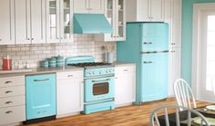 how to make a retro kitchen inside your house?The other idea to make a retro kitchen is paint your kitchen's cabinet.The last is choose the right lighting in your retro kitchen. Tiffany Blue Kitchen, Turquoise Kitchen, Retro Kitchen Appliances, Vintage Appliances, Retro Kitchens, Painted Appliances, Black Appliances, Kitchen Design, Kitchen Decor
