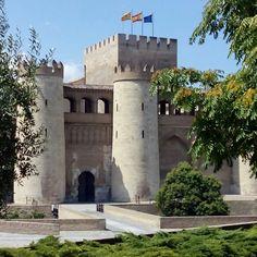 """El palacio de la Aljaferia con su torre del Trovador, que sirvió de inspiración a Verdi para componer """"Il Trovatore""""  #zaragozaguia #zaragoza #regalazaragoza #zaragozapaseando #zaragozaturismo #zaragozadestino #miziudad #zaragozeando #mantisgram #magicaragon #loves_zaragoza #loves_aragon #igerszaragoza #igerszgz #igersaragon #instazgz #instamaños #instazaragoza #zaragozamola"""