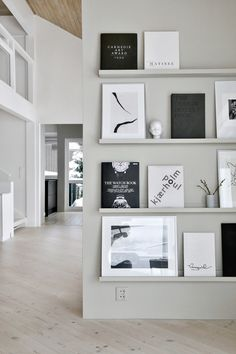 A simple budget tip // wandfarbe hellgrau skandinavisch modern monochrom he Wall Ledge, Frames On Wall, Book Ledge, Book Wall, Framed Wall, Estilo Interior, Interior Styling, Diy Interior, Decoration Inspiration
