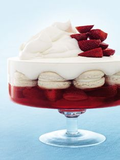 DESSERT: strawberry and vanilla macaron trifle. The most decadent trifle I've ever seen Köstliche Desserts, Delicious Desserts, Dessert Recipes, Yummy Food, Receita Trifle, Donna Hay Recipes, Trifle Recipe, Christmas Cooking, Cheesecake Recipes