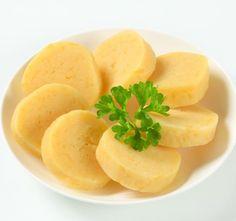 bramborové knedlíky  1 kg brambor 2 vejce lžíce mléka cca 400 g hrubé mouky 3 lžíce hrubé dětské krupičky sůl Brambory, den předem vařené ve slupce, oloupeme, nastrouháme na hrubém okurkovém struhadle, v míse je osolíme a smícháme s vejci rozšlehanými ve lžíci mléka. Brambory přendáme na vál posypaný moukou a postupně do nich zaděláváme mouku s krupicí, až se těsto nelepí. Z těsta vytvarujeme šišky a vaříme je v osolené vodě asi 20 minut. Side Dishes, Food And Drink, Yummy Food, Yummy Recipes, Fruit, Cooking, Ethnic Recipes, Top, Basket