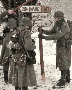 Troops changing sign directions to confuse and misdirect Allie troops German Soldiers Ww2, German Army, Luftwaffe, World History, World War Ii, Company Of Heroes, Military Drawings, Photos Originales, Germany Ww2