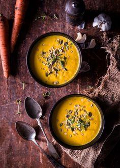 Porkkanakeitto saa täyteläisen maun, kun kaikki kasvikset paahtaa ensin uunissa.