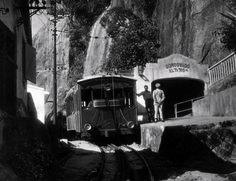 Trem que leva passageiros até o alto do Corcovado O trem que leva os passageiros até o alto do Corcovado. A estrada de ferro do Corcovado, concluída em 1885, está entre as primeiras do país, e proporciona um dos mais tradicionais passeios turísticos da cidade  Rio de Janeiro, 2 de julho de 1957. Correio da Manhã